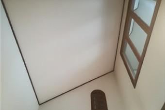 内装工事として天井クロスの貼り替えと剥がれかけた壁紙の貼り直し