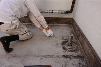 既存防水層をカッターを使ってはがす