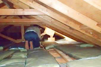 雨漏りがある場合は、小屋裏も点検します