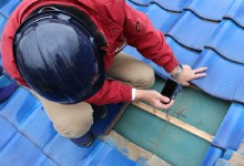 屋根の問題をカメラで記録する作業員