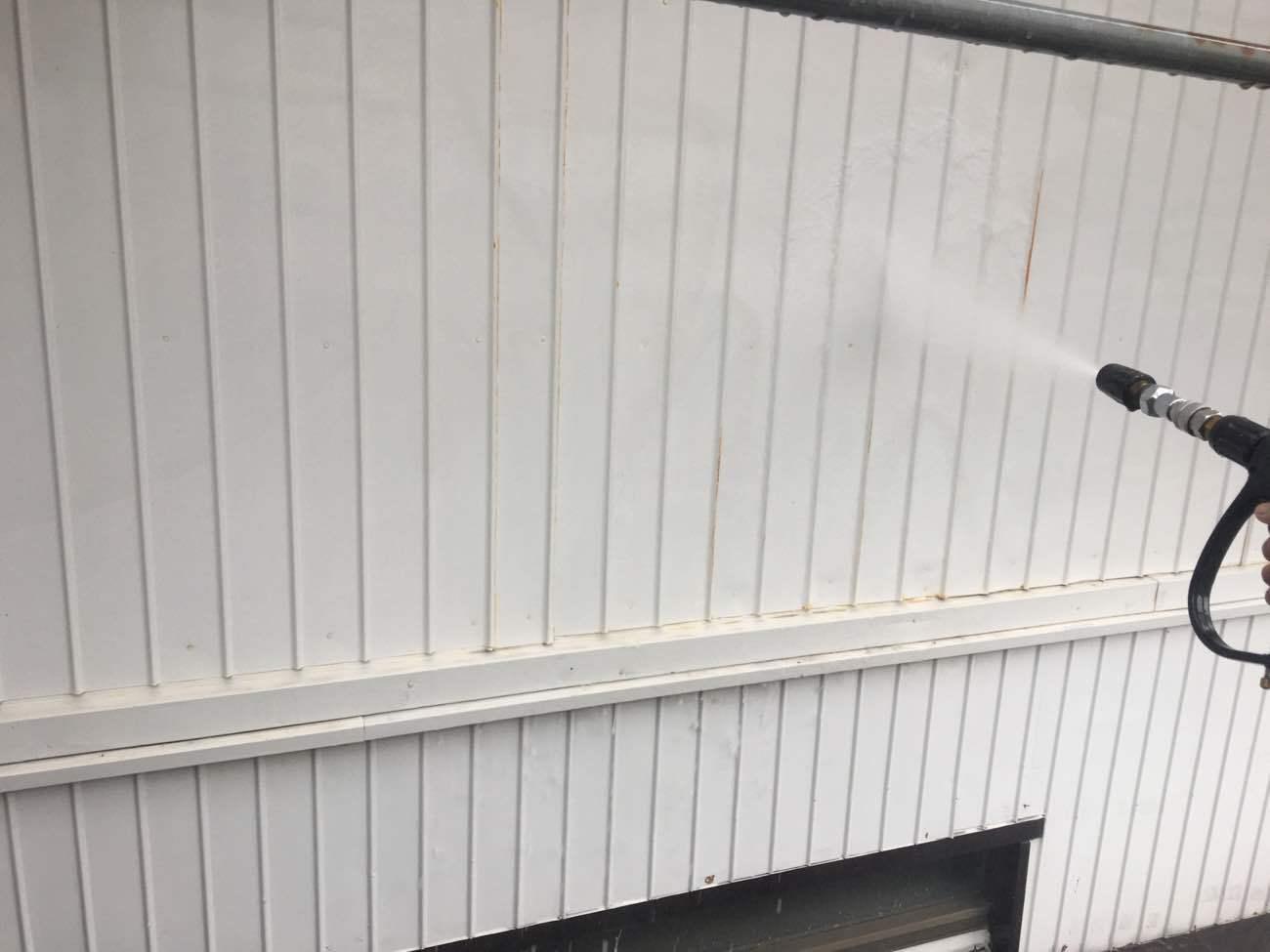 トタン壁の高圧洗浄
