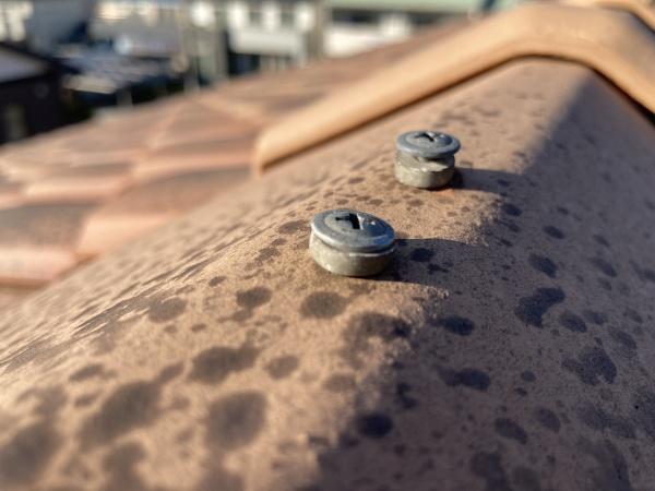 シーリングの劣化やビスの緩みや錆が原因となって雨漏りを引き起こします