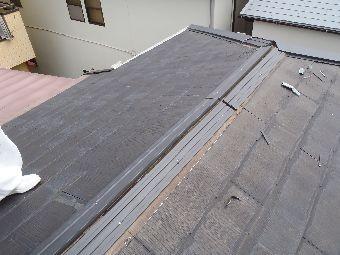 棟部 棟板金の貫板(人工木材)施工状況