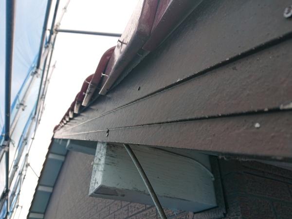 尾張旭市で屋根と板金の工事をしています。破風板を板金でカバーします