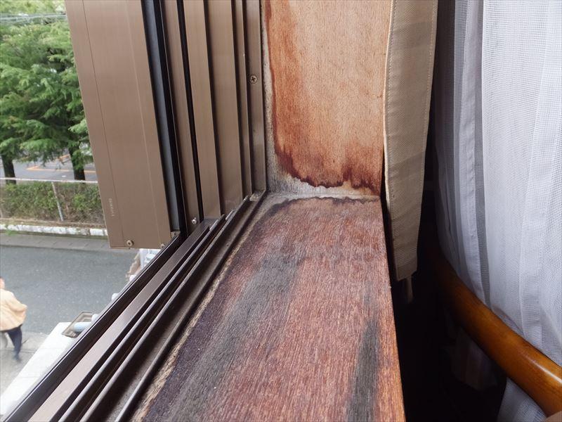室内の雨漏りの様子 窓枠