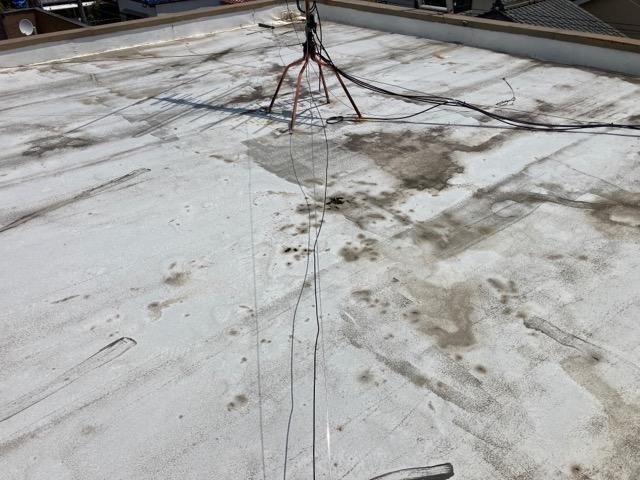 劣化した屋上防水の全景