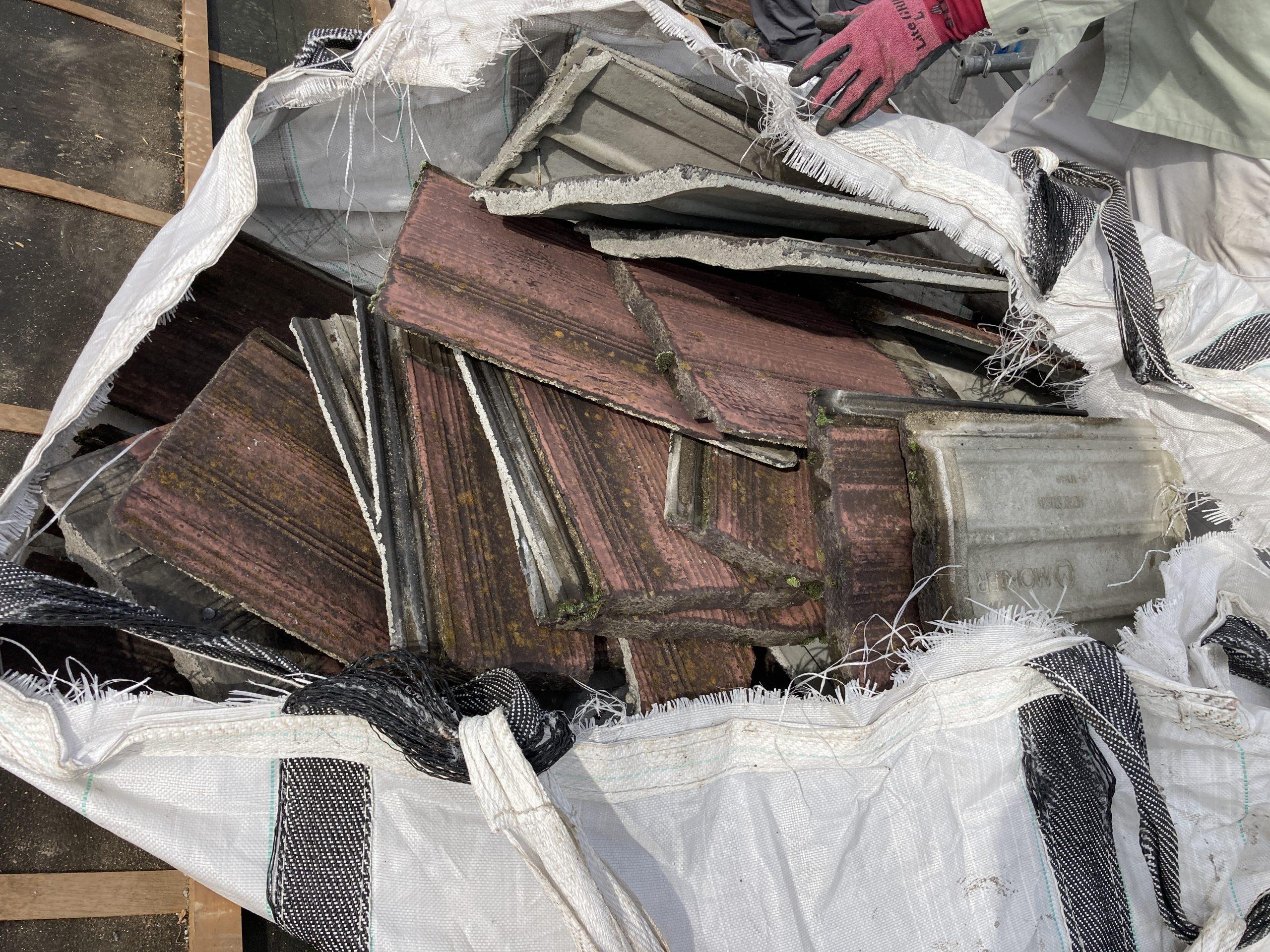 めくった屋根材の様子