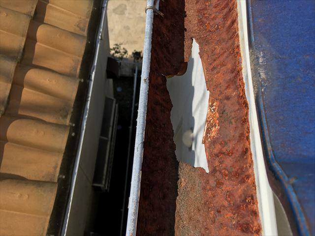 雨樋の劣化の調査 穴が空いています