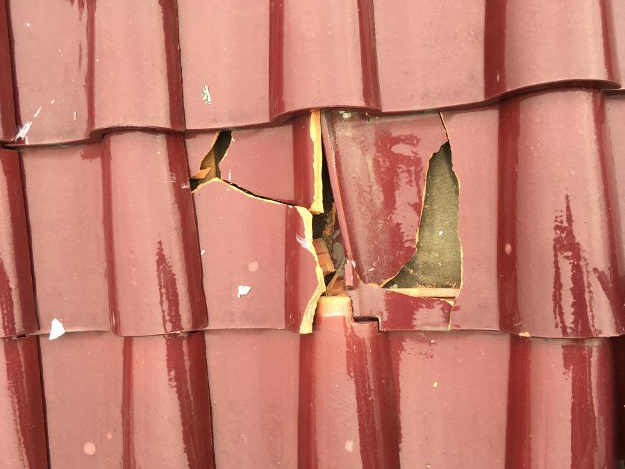 台風被害 瓦の割れ補修