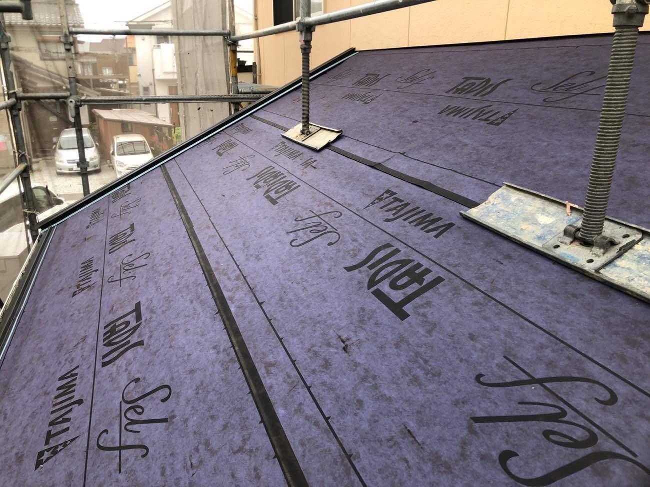屋根材の表面に直接シートを貼っていきます