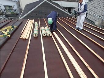 芯木の取付後、屋根カバー工法で使用する屋根材を被せます