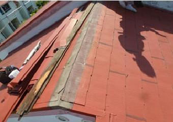 棟板金と貫板を撤去する様子