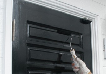 艶ありの黒が映えるドア